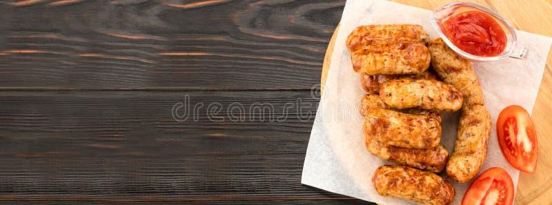 Saucisse grillée savoureuse sur le fond en bois Vue supérieure avec l'espace de copie photos stock