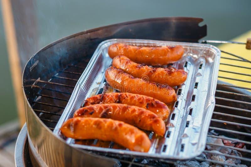 Saucisse grillée sur le gril flamboyant image stock
