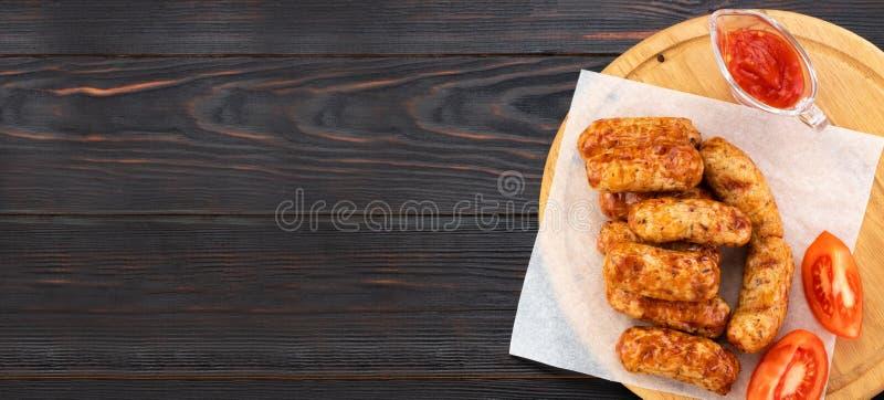 Saucisse grill?e savoureuse sur le fond en bois Vue sup?rieure avec l'espace de copie photographie stock libre de droits