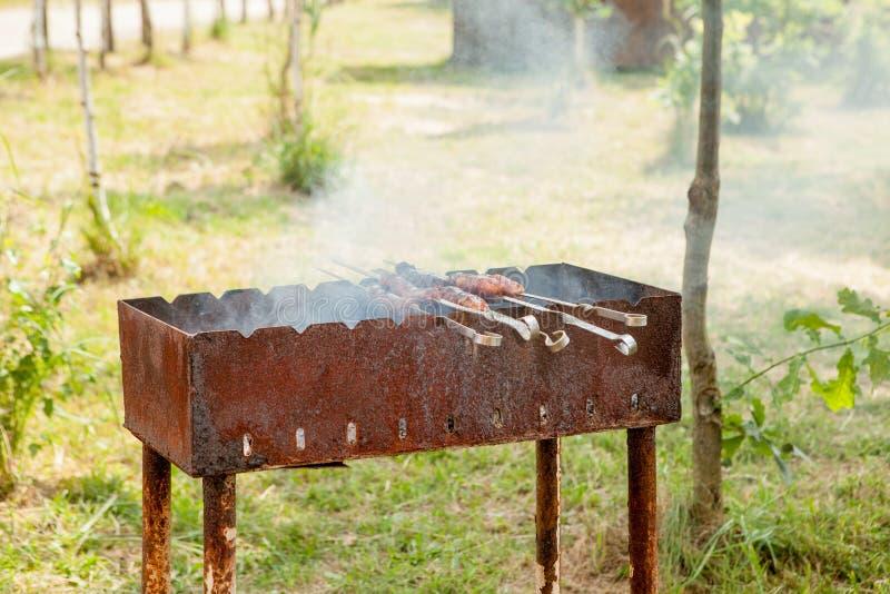 Saucisse grill?e sur le gril flamboyant de pique-nique photographie stock
