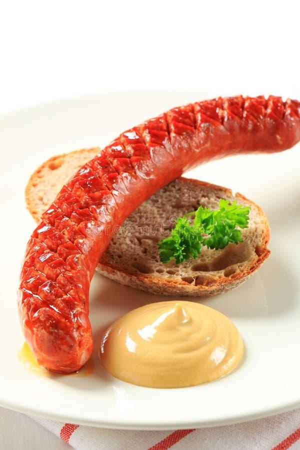 Saucisse hongroise avec du pain et la moutarde image libre de droits