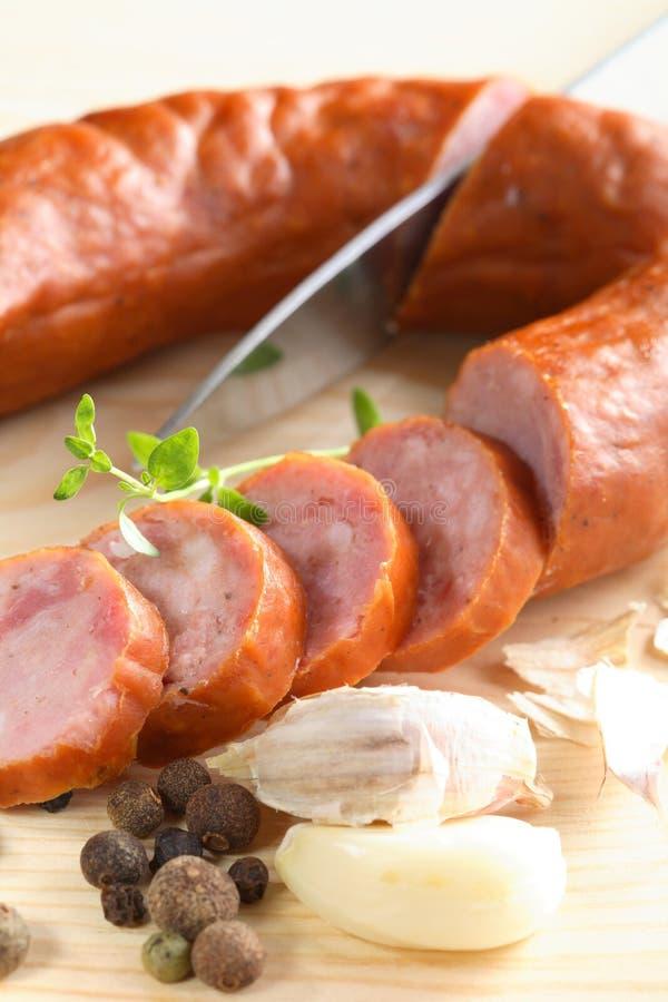 Saucisse, poivre et couteau photographie stock libre de droits