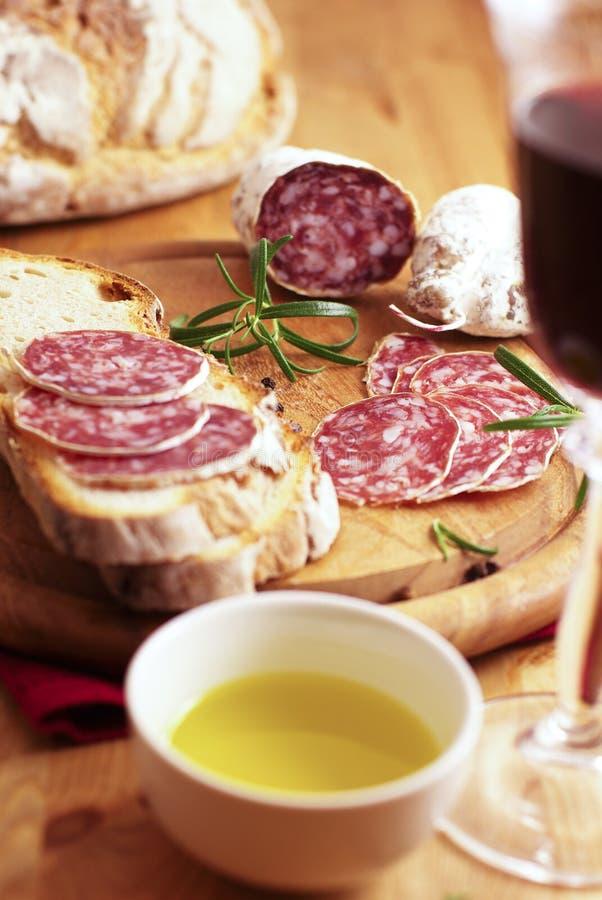 Saucisse sèche française avec du pain et le vin image libre de droits