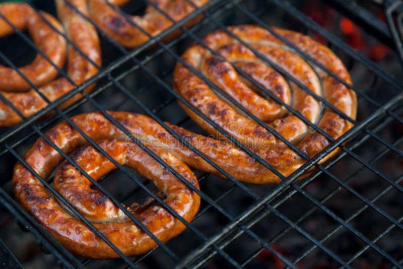 Saucisse sur un gril photos stock