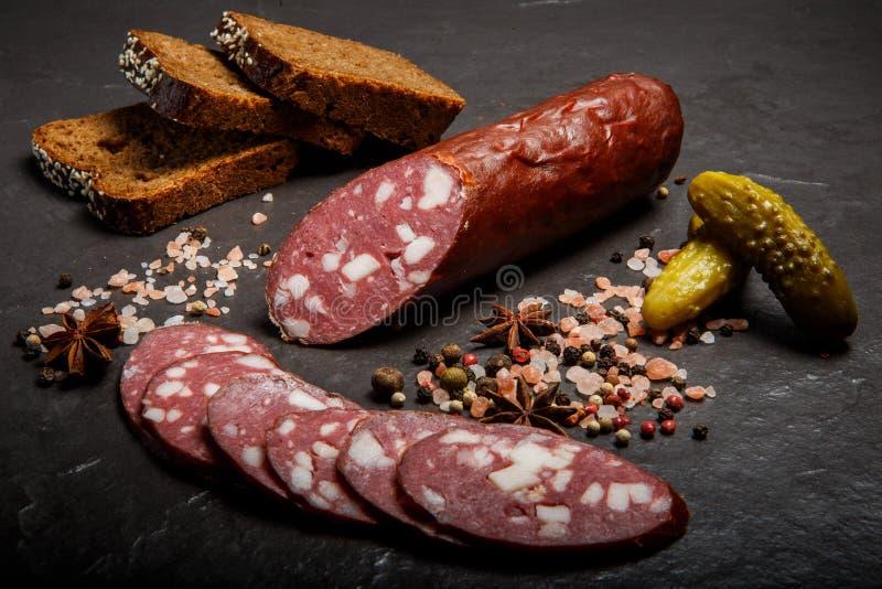Saucisse trait?e s?che ?pic?e de salami avec du pain de seigle et les concombres marin?s image libre de droits