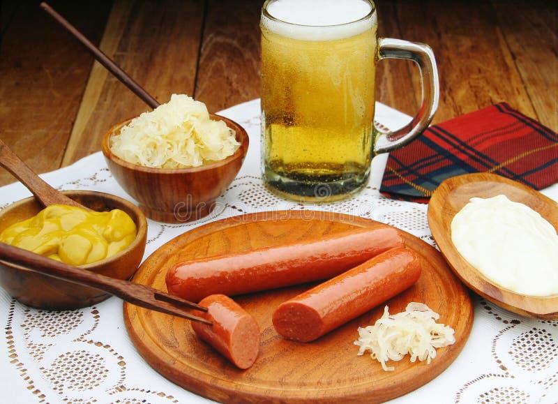 Saucisses avec de la moutarde et la bière image libre de droits