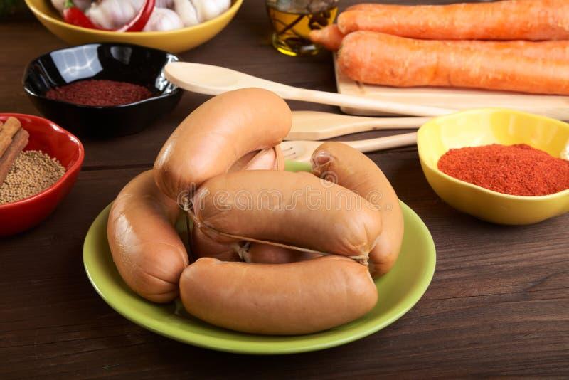 Saucisses avec des épices et des légumes photographie stock libre de droits