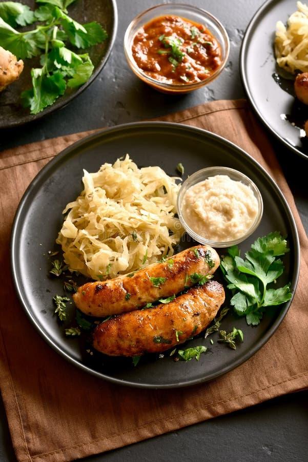 Saucisses avec la choucroute et le raifort images stock