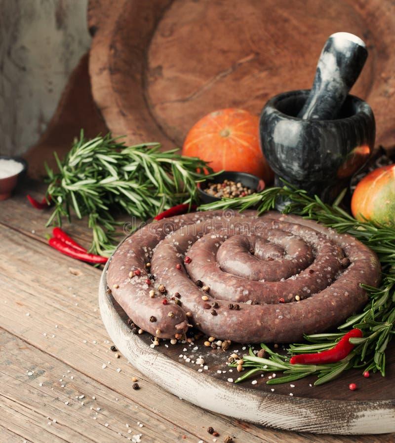 Saucisses crues de boeuf, boerewors africains de foyer sélectif images stock