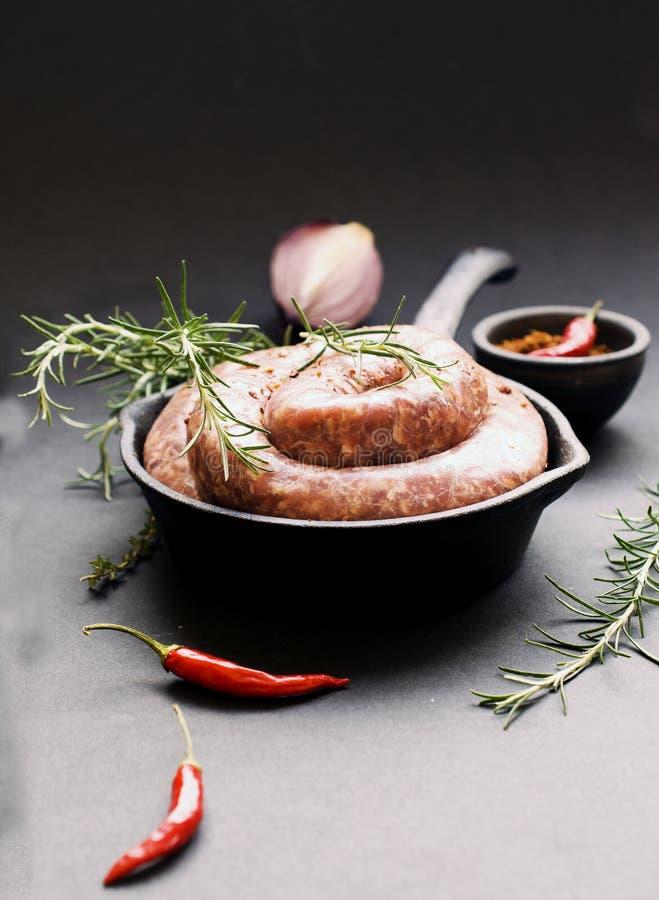 Download Saucisses Crues De Boeuf Sur Une Casserole De Fonte, Foyer Sélectif Photo stock - Image du assaisonnement, moulage: 76075940