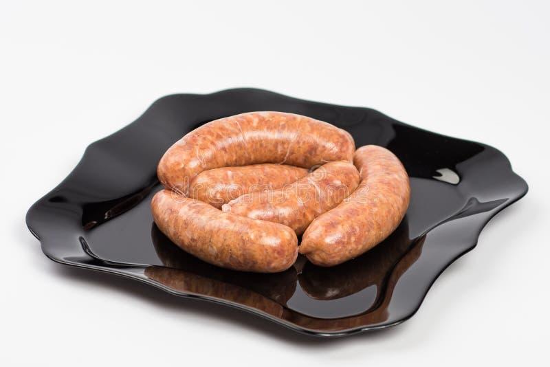 Saucisses d'un plat sur le blanc image stock