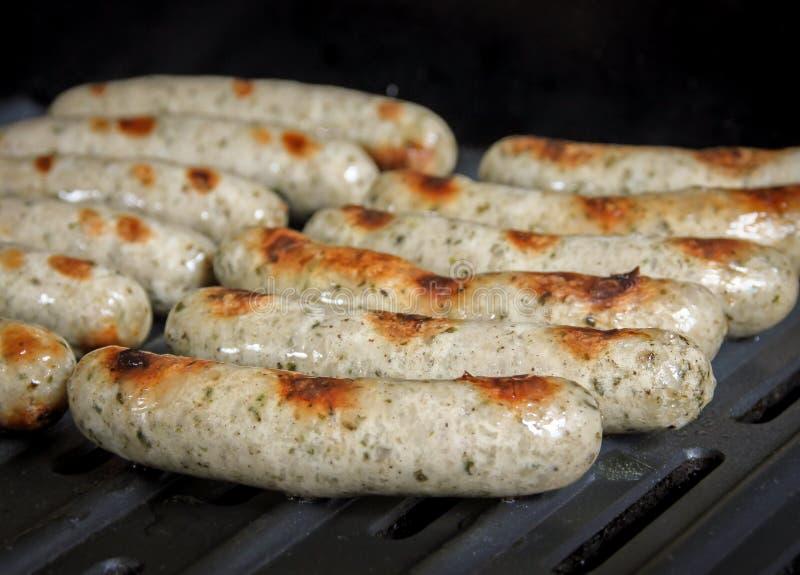 Saucisses de bratwurst sur le gril images stock