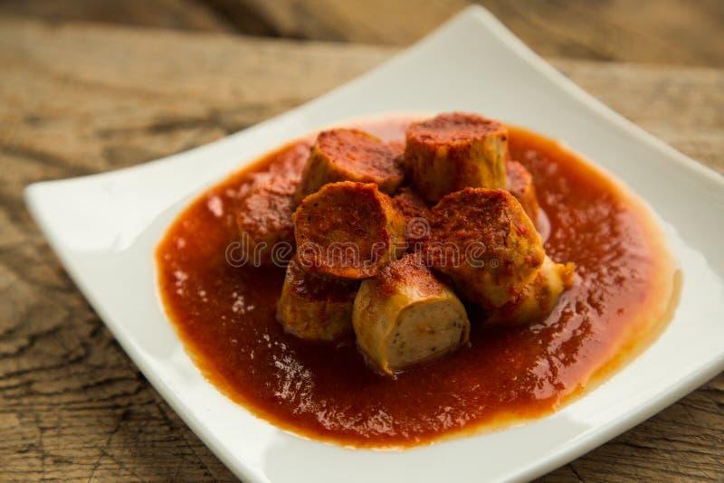 Saucisses de cari de poulet servies du plat image stock