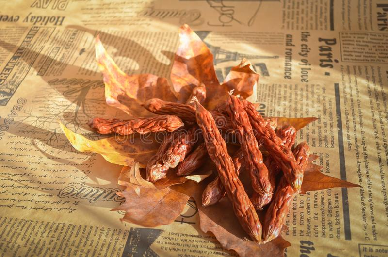 Saucisses de chasse aromatisées fraîches Fumé sur les petites délicatesses de pomme Fond mou chaud Style campagnard images libres de droits