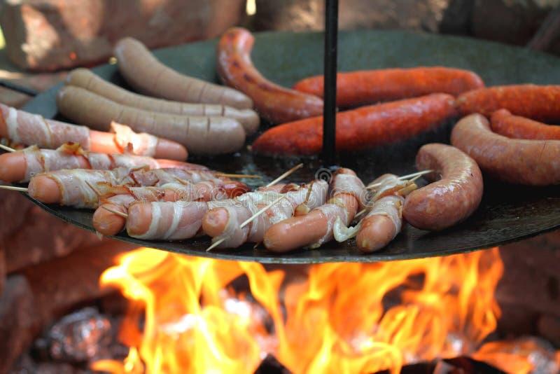 Saucisses de cuisson photographie stock