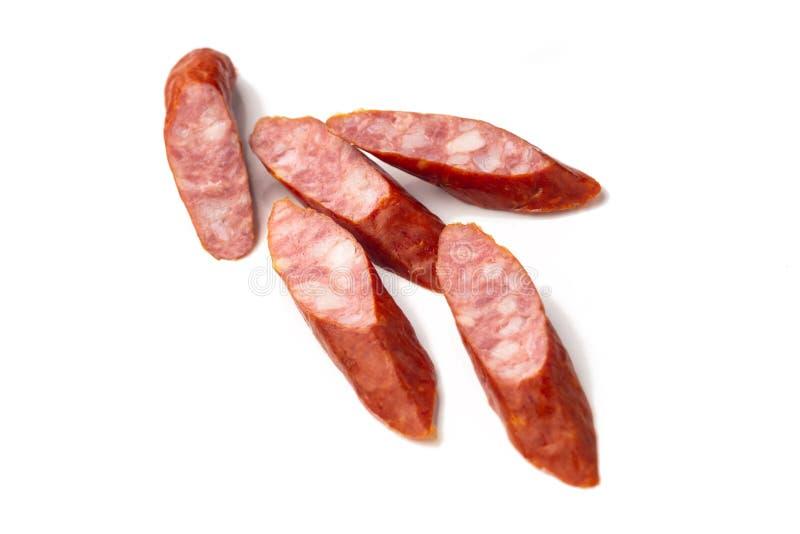 Saucisses de proc fumées de bratwurst, plan rapproché, d'isolement sur le fond blanc images stock