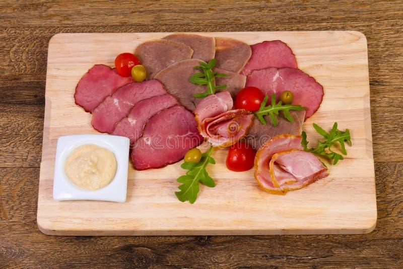 Saucisses et assortiment de jambon images stock