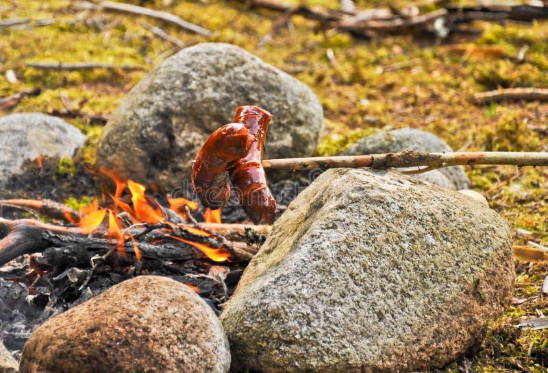 Saucisses et feu de camp photographie stock