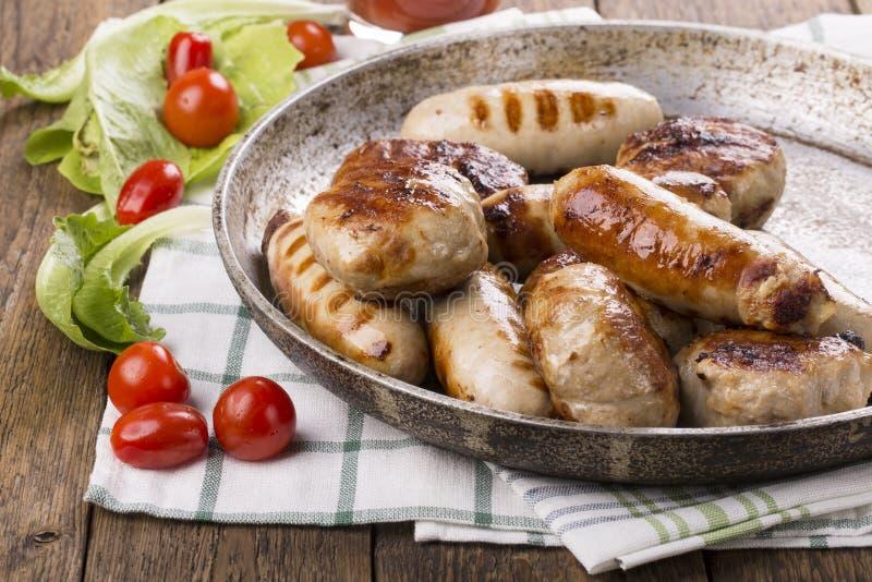 Saucisses et hamburgers grillés de poulet image libre de droits