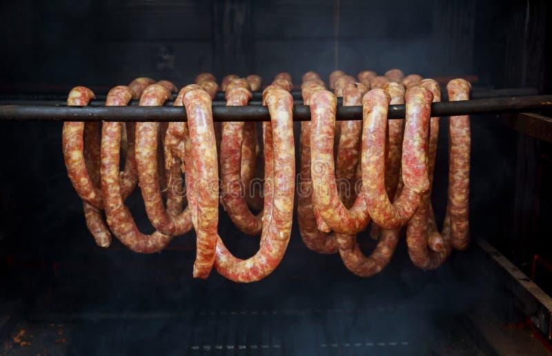 saucisses et lard étant fumeur en forme de tonneau fumé photographie stock