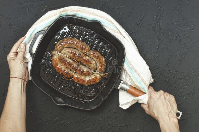Saucisses frites et bavaroises, gril, pierre, table noire, casse-croûte pour être photographie stock libre de droits