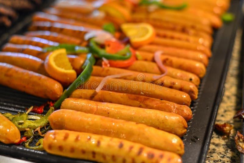 Saucisses grillées avec des épices photos stock