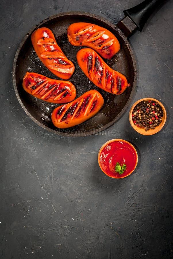 Saucisses grillées sur la casserole image stock