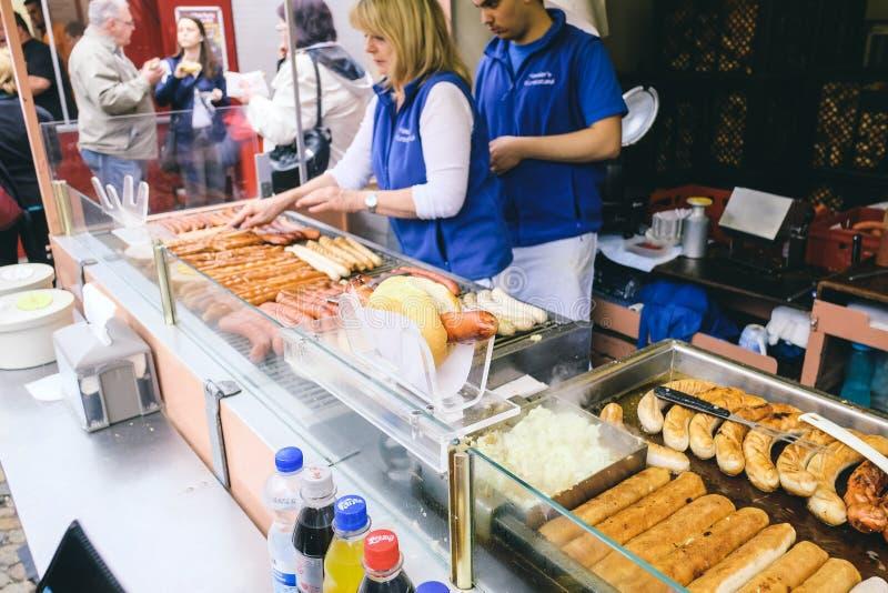 Saucisses grillant au marché de cathédrale de Fribourg image stock