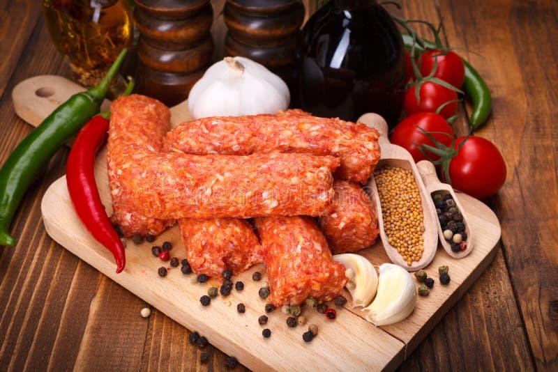 Saucisses roumaines de porc et d'agneau, mititei avec des épices images stock