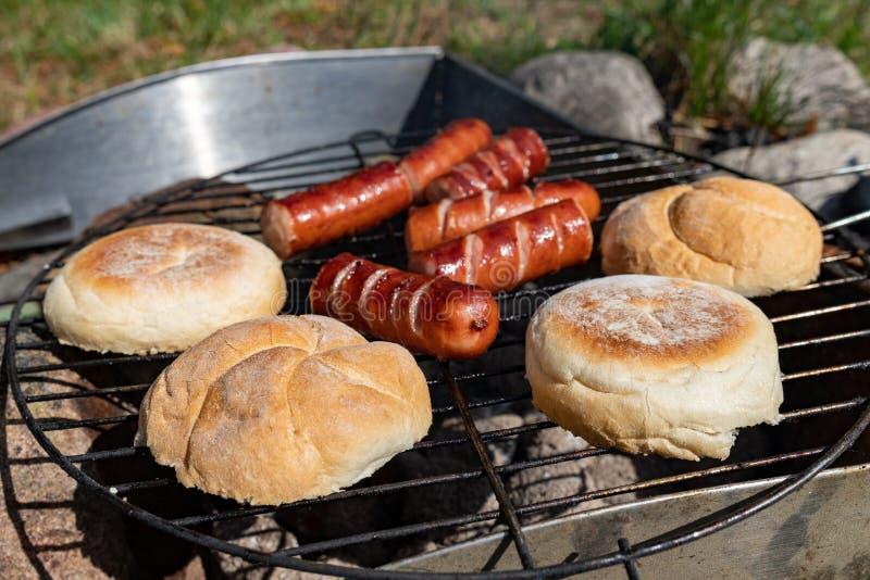Saucisses savoureuses préparées sur le gril Un repas savoureux dehors dans le jardin photo libre de droits