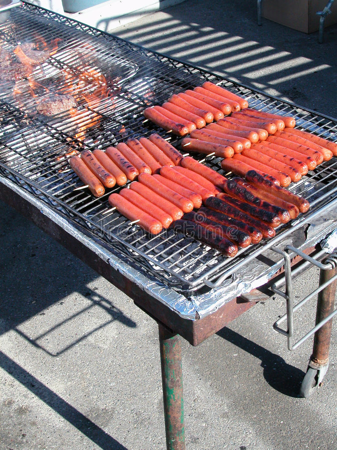 Saucisses sur le barbecue image stock