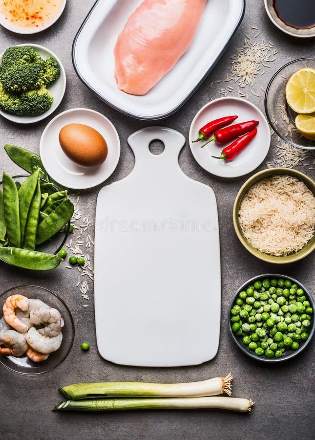 Saudável e faça dieta o alimento com peito de frango, arroz, ovo e os vegetais verdes: brócolis, ervilhas e cebola da mola Cozinh foto de stock royalty free