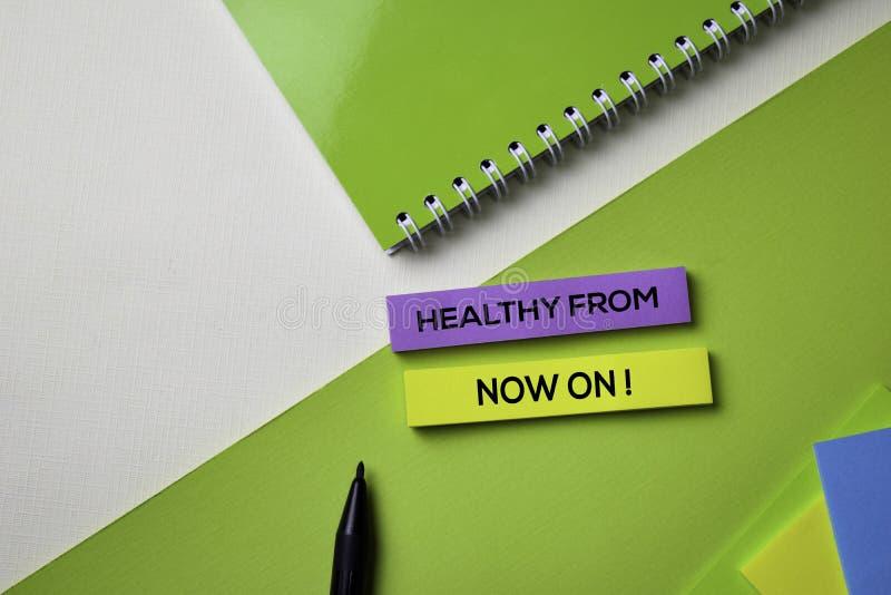 Saudável a partir de agora! texto na tabela da mesa de escritório da vista superior do local de trabalho do negócio e dos objetos imagem de stock royalty free