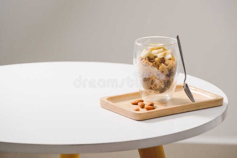 Saud?vel pronto para comer um caf? da manh? nutritivo - granola com am?ndoas, sementes do chia, frutos da banana e de quivi e bag fotografia de stock royalty free