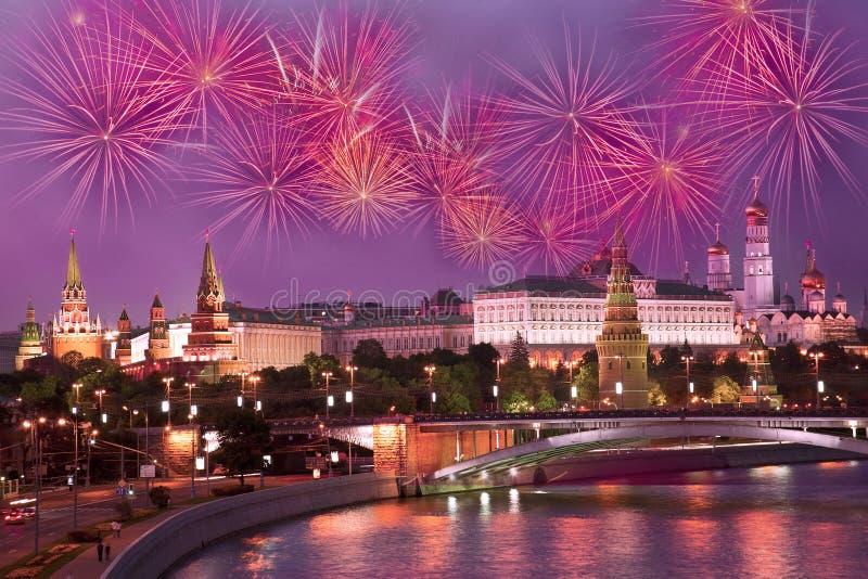 Saudação festiva sobre o Kremlin fotografia de stock