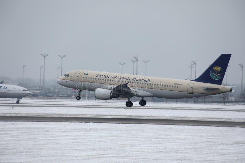 Saudi Arabian Airlines, aka aterrizaje en el aeropuerto de Munich, opinión de Saudia del primer fotografía de archivo