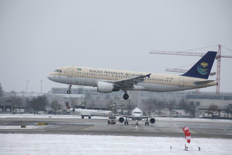 Saudi Arabian Airlines-Luchtbus A320-200 die Herz-ASB op sneeuwbaan landen stock fotografie