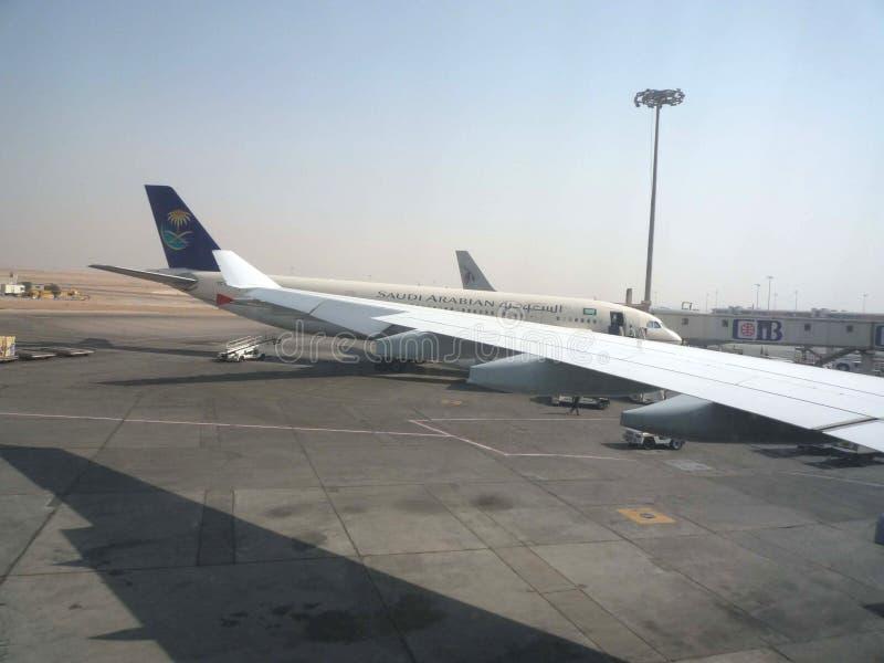 Saudi Arabian Airlines parqueó en el aeropuerto fotos de archivo libres de regalías