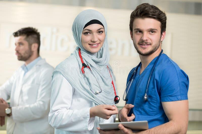 Saudi-arabische Doktoren, die mit einer Tablette arbeiten stockfoto