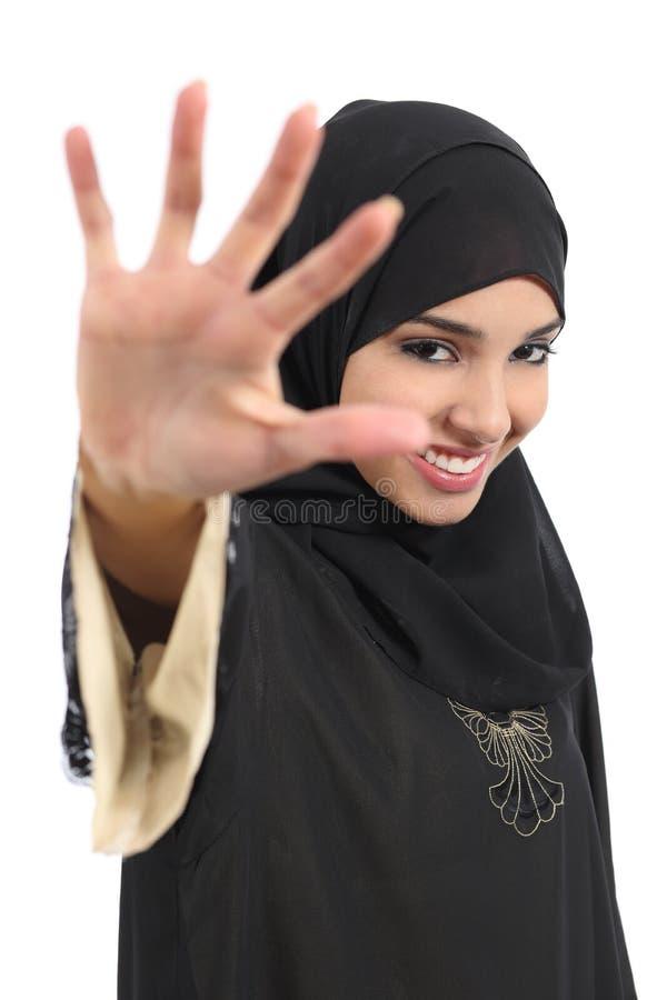 Saudi-arabische Frau, die keine Fotos bedecken ihr Gesicht mit einer Hand sagt stockbilder