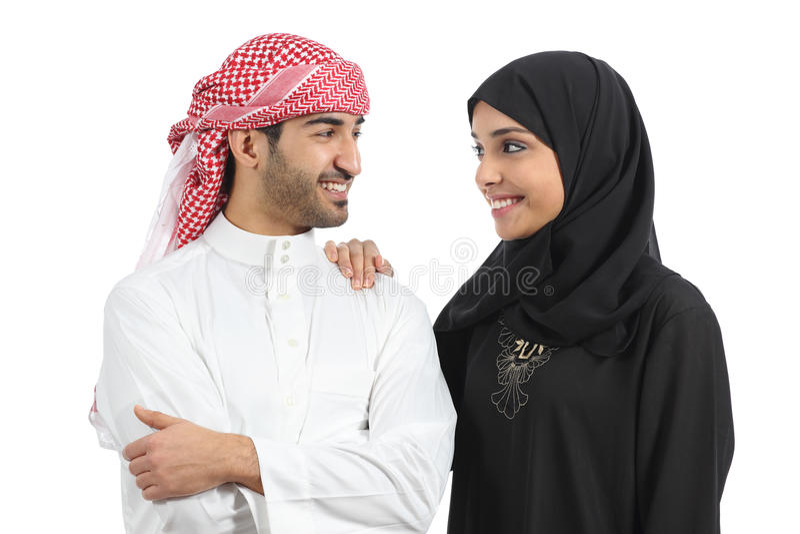 Saudi-arabische Paarheirat, die mit Liebe schaut stockfotos