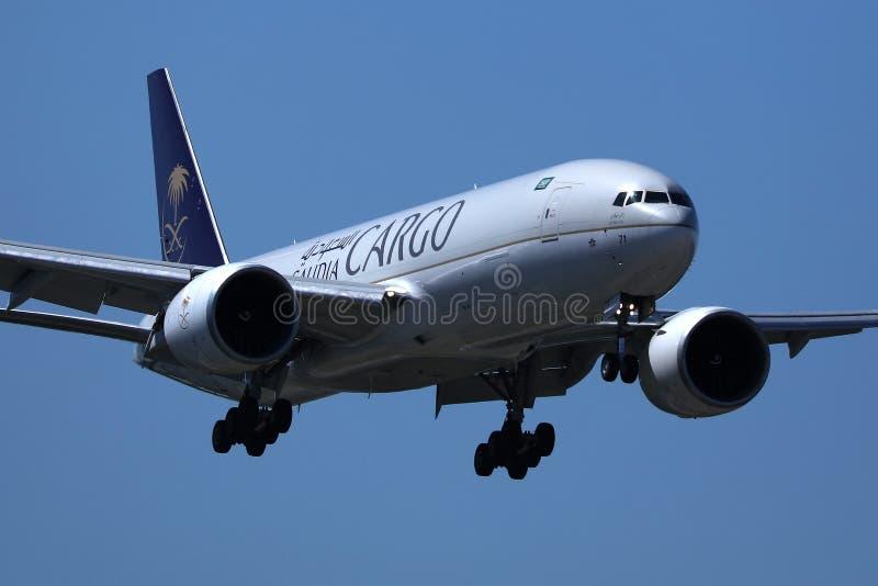 Saudia-Transportflugzeug, das oben in den Himmel fliegt lizenzfreie stockbilder
