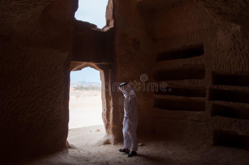 Saudian внутри усыпальницы Nabatean в Madaîn Saleh археологическом si стоковое фото rf