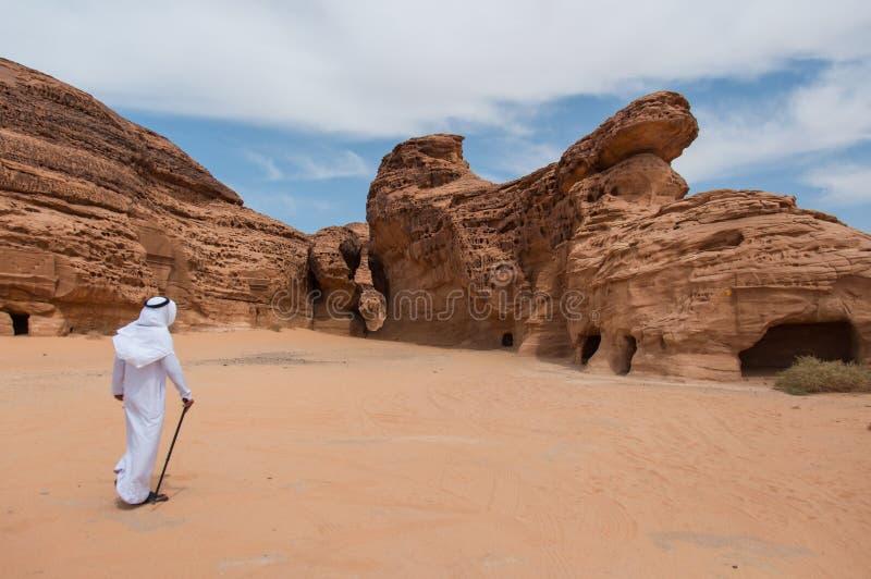 Saudian som går i Madaîn Saleh den arkeologiska platsen, saudier Arabi royaltyfri fotografi