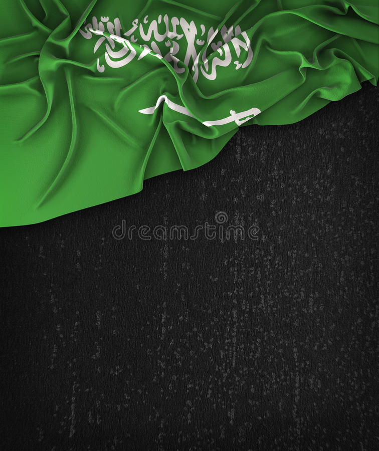 Saudiarabien flaggatappning på en svart tavla för Grungesvart royaltyfria bilder