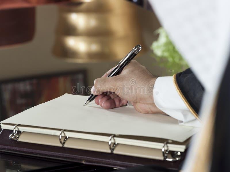 Saudiarabisk manhandhandstil på en anteckningsbok arkivbild