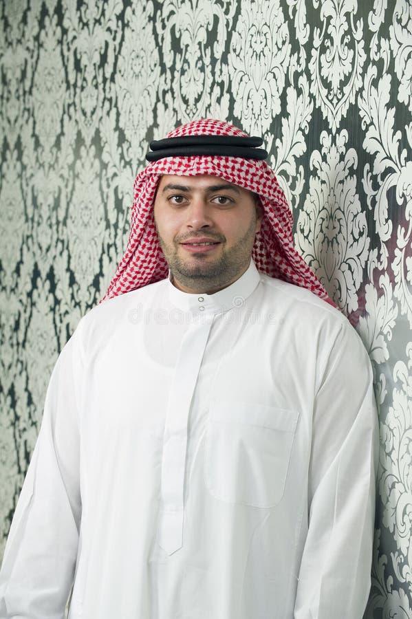 Saudiarabiskt ungt posera för affärsman royaltyfri fotografi