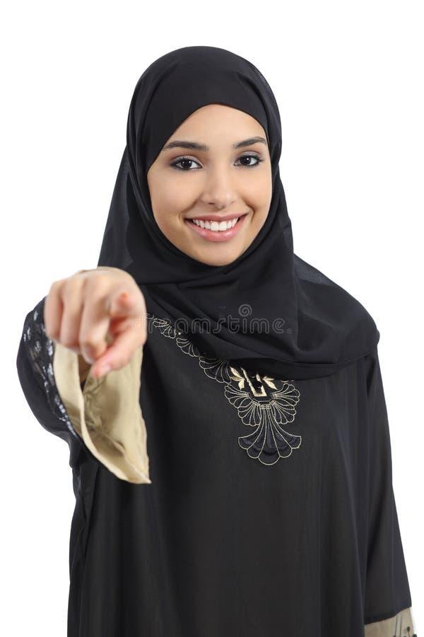Saudier - arabisk kvinna som pekar på dig och ser kameran royaltyfri bild
