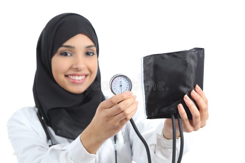Saudier - arabisk kvinna som visar en sphygmomanometer arkivbilder