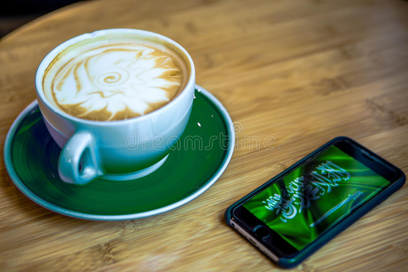 Saudierflagga och kaffe royaltyfri foto
